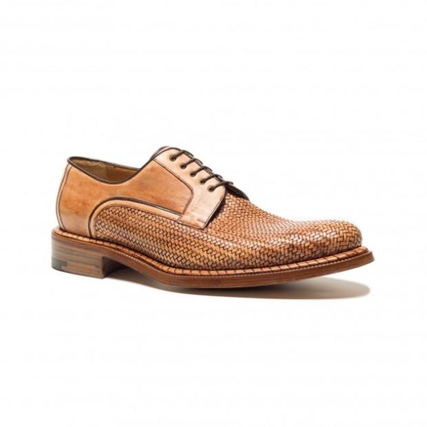 Derby in morbido canguro naturale intrecciato color cuoio con dettaglio Maxi-Spiral. La calzatura è stata tinta a mano durante il processo finale di finissaggio. Fondo cuoio e costruzione a Sacchetto Bolognese.