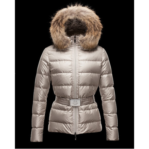 Piumino lungo color ghiaccio con collo in pelliccia naturale Moncler.
