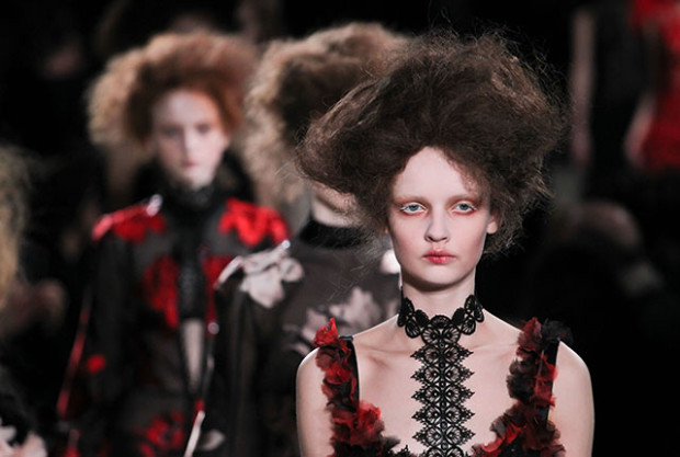 Paris Fashion Week Fall/Winter 2015 - Alexander McQueen - Catwalk